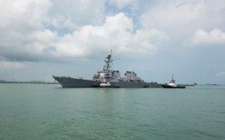 Το Uss John S. McCain ρυμουλκείται προς τη ναυτική βάση Τσανγκί. Πρόκειται για τη δεύτερη σύγκρουση πολεμικού σκάφους των ΗΠΑ μέσα σε εννιά εβδομάδες.