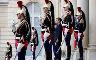 Μεγαλύτερη ευελιξία στην αγορά εργασίας, προκειμένου να μειωθεί η ανεργία και να διευκολυνθούν οι επενδύσεις, θεσπίζει η τολμηρή μεταρρύθμιση της εργασιακής νομοθεσίας που ανακοινώθηκε χθες από τον πρωθυπουργό της Γαλλίας, Εντουάρ Φιλίπ. Μερίδα των συνδικάτων παρατάχθηκε ήδη σε θέσεις μάχης, θέτοντας τον πρόεδρο Εμανουέλ Μακρόν (φωτ.) ενώπιον της πρώτης, σοβαρής δοκιμασίας του από την ανάληψη της προεδρίας.