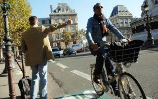 Το Παρίσι περνάει από τις απλές διαγραμμίσεις του οδοστρώματος σε προστατευμένους ποδηλατόδρομους πλάτους 3 ή 4 μέτρων.