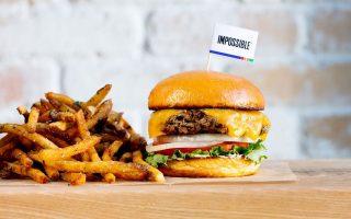 Προϊόν εργαστηριακής έρευνας, το Impossible Burger, έχει γεύση μοσχαριού, μυρίζει όπως το μοσχάρι, δείχνει ακριβώς ίδιο, μόνο που... δεν είναι.