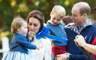 Αδελφάκι πρόκειται να αποκτήσουν ο πρίγκιπας Γεώργιος και η πριγκίπισσα Σάρλοτ, που εικονίζονται στην αγκάλη των γονιών τους, καθώς τα Ανάκτορα του Κένσινγκτον ανακοίνωσαν ότι η Κέιτ Μίντλετον και ο πρίγκιπας Ουίλιαμ περιμένουν το τρίτο τους παιδί. «Η βασίλισσα και τα μέλη των δύο οικογενειών έχουν κατενθουσιαστεί με την είδηση αυτή», αναφέρει η ανακοίνωση. Η Κέιτ, ωστόσο, ταλαιπωρείται από οξύτατη πρωινή αδιαθεσία και δέχεται ιατρική φροντίδα στο παλάτι, γι' αυτό και απείχε από όλα τα βασιλικά της καθήκοντα.