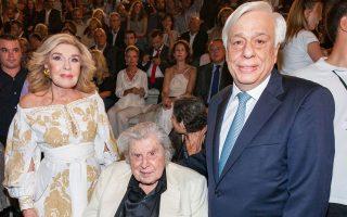 Η Μαριάννα Βαρδινογιάννη με τον Μίκη Θεοδωράκη και τον Πρόεδρο της Δημοκρατίας Προκόπη Παυλόπουλο.