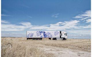 Ημιφορτηγό ζωγραφισμένο από τον Σέρτζιο Μόρα στο πλαίσιο του προγράμματος «Τέχνη πάνω σε φορτηγά».