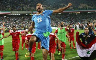 Οι παίκτες της ρημαγμένης από τον πόλεμο Συρίας πανηγυρίζουν την είσοδό τους στα μπαράζ του Παγκοσμίου Κυπέλλου, μετά το 2-2 που απέσπασαν κόντρα στο Ιράν.