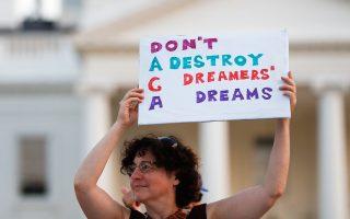 Μην καταστρέφετε το όνειρο ενός ονειροπόλου παιδιού, αναγράφεται στο πλακάτ.