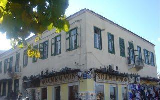 Το ξενοδοχείο «Αίολος», το οποίο βρίσκεται στο ιστορικό κέντρο της Αθήνας επί των οδών Αιόλου 3-5 και Αδριανού.