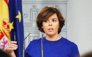 Η αντιπρόεδρος της κυβέρνησης Σοράγια Σάενθ ντε Σανταμαρία ενημερώνει τα ΜΜΕ για την προσφυγή κατά του δημοψηφίσματος στην Καταλωνία.