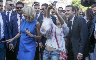 Το προεδρικό ζεύγος της Γαλλίας αποχαιρέτησε χθες την Αθήνα με έναν εκτός πρωτοκόλλου περίπατο στο Σύνταγμα και στην οδό Ερμού.