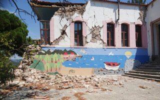 Το ακατάλληλο, κατεστραμμένο από τον σεισμό της 12ης Ιουνίου, δημοτικό σχολείο Βρίσας.