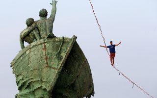Ψηλά. Για την ευρωπαϊκή πρωτεύουσα αθλητισμού θέτει υποψηφιότητα η Μασσαλία. Ανάμεσα στις άλλες εκδηλώσεις που διοργανώθηκαν στην πόλη ήταν και οι ακροβάτες που έκαναν τους πάντες στο παλιό λιμάνι της πόλης, να κοιτάξουν ψηλά με κομμένη την αναπνοή. REUTERS/Jean-Paul Pelissier