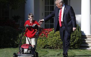 Το γκαζόν του Λευκού  Οίκου. Γράμμα έστειλε ο ενδεκάχρονος Frank Giaccio, στον πρόεδρο Τραμπ ζητώντας του να του κάνει την χάρη και να του δώσει την άδεια να κουρέψει το γρασίδι. Οι υπεύθυνοι επικοινωνίας του Λευκού Οίκου φυσικά και δέχτηκαν, έβαλαν μάλιστα και τις κάμερες να καταγράφουν το γεγονός στον κήπο με τα τριαντάφυλλα, ιδιαίτερα δε όταν βγήκε ο ίδιος ο πρόεδρος για να χαιρετήσει τον σκληρά εργαζόμενο νεαρό. (AP Photo/Jacquelyn Martin)