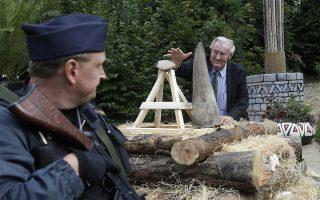 Καίγοντας 2 εκατ. δολάρια.  Ο Richard Leakey, συντηρητής της άγριας φύσης στην Κένυα ,τοποθετεί ένα κέρατο ρινόκερου στον ξύλινο βωμό που έχουν ετοιμάσει στον ζωολογικό κήπο Dvur Kralove της Τσεχίας. Ο κήπος έβγαλε από τις αποθήκες του απόθεμα από κέρατα, αξίας 2 εκατομμυρίων δολαρίων στην μαύρη αγορά, και τα παράδωσε στην πυρά, για να διαμαρτυρηθεί ενάντια σε μια αμφισβητούμενη δημοπρασία κέρατου ρινόκερου στην Νότια Αφρική. AP Photo/Petr David Josek)