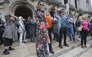 Surreal. Στο Παρίσι μια μέρα... Ενώ η διαδήλωση των συνταξιούχων συνεχιζόταν μαχητικά εναντίον του Προέδρου Macron και των νέων φόρων, οι μοδάτες κυρίες κατέφθαναν στην Οπερα για να παρευρεθούν στην επίδειξη του οίκου Balmain και του σχεδιαστή Olivier Rousteing, ενώ Γιαπωνέζες τουρίστριες απαθανάτιζαν άσεμνες χειρονομίες και επιτηδευμένες πόζες για να τις ποστάρουν στους λογαριασμούς τους στο ίντερνετ. (AP Photo/Michel Euler)
