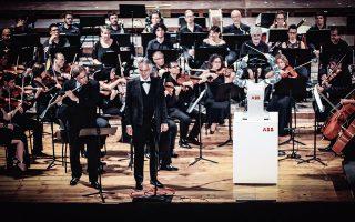 Οταν τα ρομπότ διευθύνουν ανθρώπους. Ο Andrea Bocelli με την θεσπέσια φωνή του τραγουδά 'La donna e mobile' από την όπερα του Βέρντι Rigoletto, ενώ το YuMi διευθύνει την ορχήστρα των μουσικών. Η μάλλον για να είμαστε ακριβείς το ρομπότ κάνει πως διευθύνει καθώς αντέγραψε πλήρως τις κινήσεις του Andrea Colombini διευθυντή της Lucca Philarmonic Orchestra, με αφορμή το Διεθνές Φεστιβάλ Ρομποτικής στην Πίζα. Αξίζει να σημειωθεί ότι  πέρα από τις εντυπώσεις έχουν υπάρξει ρομπότ στο παρελθόν που έχουν δοκιμάσει τις δυνάμεις τους στην μουσική, όπως το μηχάνημα που είχαν φτιάξει οι Ιάπωνες και διεύθυνε την Detroit Symphony Orchestra το 2008. EPA/ABB
