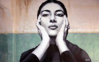 Η τοιχογραφία- δημιουργία του ζωγράφου Κλεομένη Κωστόπουλου στην Πάτρα ζωντανεύει με συγκινητικό τρόπο και με αισθητική πληρότητα τη μορφή της Μαρίας Κάλλας. Βρίσκεται στο εσωτερικό ενός νέου υπό διαμόρφωση χώρου που έχει σχέση με το κόσμημα (δημιουργία, εκμάθηση, εκθέσεις).