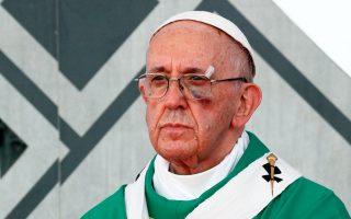 Ο Πάπας με γυαλιά και εμφανή τα σημάδια του χτυπήματος στην Καρθαγένη της Κολομβίας.