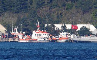 Τουρκικό πλοιάριο της ακτοφυλακής και ασθενοφόρο στη Μαύρη Θάλασσα έπειτα από επιχείρηση διάσωσης.