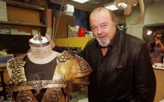 Ο διάσημος Βρετανός σκηνοθέτης σερ Πίτερ Χολ απεβίωσε σε ηλικία 87 ετών, κληροδοτώντας μια νέα θεώρηση πάνω στη θεατρική πράξη. Ιδρυτής της Royal Shakespeare Company και επί σειράν ετών διευθυντής του Εθνικού Θεάτρου της Αγγλίας, ο σερ Πίτερ Χολ ερεύνησε εις βάθος τους δύο πυλώνες του παγκόσμιου θεάτρου, το αρχαίο δράμα και το σαιξπηρικό ρεπερτόριο.
