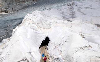 Ο παγετώνας Ρον. Προσπάθειες καταβάλλονται για να αναχαιτιστεί  η τήξη των παγετώνων των Αλπεων.