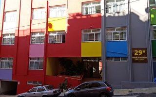 Αλλαξε εντελώς η ζωή των μαθητών στο 29ο Δημοτικό, που από ένα γκρίζο άχρωμο κτίριο έγινε ένα σχολείο υπερσύγχρονο, χρωματιστό και απόλυτα λειτουργικό. Το 29ο είναι ένα από τα 24 σχολεία της Αθήνας που μεταμορφώθηκαν στο πλαίσιο του προγράμματος «Ετσι Μαθαίνω Καλύτερα» του Δήμου Αθηναίων, σε συνεργασία με το Εργαστήριο Μεταβαλλόμενων Ευφυών Περιβαλλόντων του Πολυτεχνείου Κρήτης, με την υποστήριξη του Athens Partnership και τη χρηματοδότηση του Ιδρύματος Σταύρος Νιάρχος.