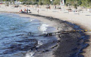 Στις παραλίες της Γλυφάδας, από όπου και η φωτογραφία, του Ελληνικού, του Αλίμου, της Πειραϊκής και της Φρεαττύδας έφθασαν χθες τμήματα της πετρελαιοκηλίδας του δεξαμενόπλοιου «Αγία Ζώνη». Περισσότερα από 10 αντιρρυπαντικά σκάφη συμμετείχαν στην επιχείρηση «εγκλωβισμού» της ρύπανσης.