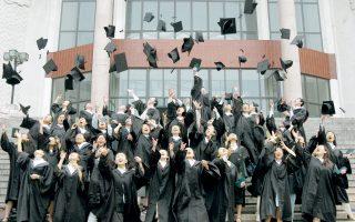 Παραδοσιακή η κίνηση των αποφοίτων –να πετούν τα καπέλα τους στον ουρανό–, νέο όμως το πανεπιστήμιο όπου φοιτούν και μάλιστα σε υψηλή κατάταξη στη λίστα του World Economic Forum.
