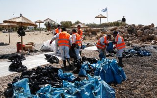 Συνεργεία καθαρισμού στην περιοχή της Γλυφάδας προσπαθούν να καθαρίσουν τις ακτές και τη θαλάσσια περιοχή, όπου η ρύπανση έχει αφήσει εμφανές το αποτύπωμά της.