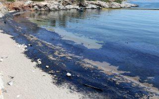 Πετρελαιο στην παραλία των Σεληνίων στην Σαλαμίνα , Πέμπτη 14 Σεπτεμβρίου 2017. Αμμουδιές της παραλιακής ζώνης της Αθήνας και βεβαίως οι ακτές της Σαλαμίνας έχουν ρυπανθεί από το πετρέλαιο που διέρρευσε από το ναυάγιο του πετρελαιοφόρου πλοίου