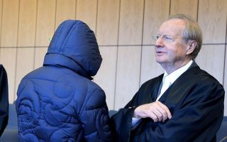 Στη δίκη του, ο πρώην πράκτορας Βέρνερ Μάους, κατηγορούμενος για φοροδιαφυγή, εμφανίστηκε με καλυμμένο το κεφάλι.
