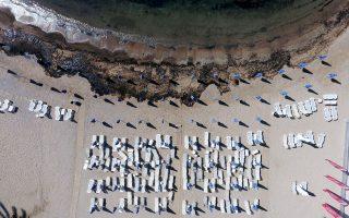 Επανεμφανίστηκε η ρύπανση στον Αγιο Κοσμά και μαύρισε και πάλι από μαζούτ η παραλία. Ενδείξεις ρύπανσης και στη Σαρωνίδα. Περισσότερα από 160 άτομα δουλεύουν στα συνεργεία καθαρισμού, ενώ πάνω από 1.500 κ.μ. ναυτιλιακών καυσίμων έχουν απαντληθεί από το «Αγία Ζώνη ΙΙ». Λήγει σήμερα το πιστοποιητικό ναυσιπλοΐας του «Lassea», στο οποίο μεταφορτώνονται τα καύσιμα του βυθισμένου δεξαμενόπλοιου.