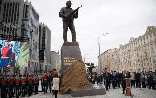 Το άγαλμα του Καλάσνικοφ δεσπόζει στο κέντρο της Μόσχας.