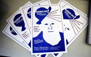 Αφίσες για την Ημέρα Δαρβίνου στη Φιλαδέλφεια των Ηνωμένων Πολιτειών. Στην Τουρκία, όμως, η θεωρία της εξέλιξης εξοστρακίζεται από το πρόγραμμα σπουδών στα σχολεία.