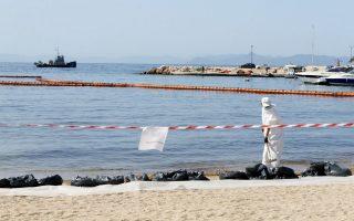 Συνεχίζεται η απορρύπανση στην παραλία της Γλυφάδας.