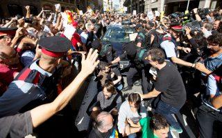 Τη μεταφορά ενός από τους 13 αξιωματούχους της καταλανικής κυβέρνησης που συνέλαβαν χθες οι ισπανικές αρχές προσπαθούν να εμποδίσουν Καταλανοί διαδηλωτές. Οι συλλήψεις και οι αστυνομικές έρευνες σε κτίρια-κλειδιά της καταλανικής διοίκησης χαρακτηρίστηκαν από τον πρόεδρο της Καταλωνίας Κάρλες Πουτζδεμόν ντε φάκτο κατάργηση της καταλανικής αυτονομίας από τη Μαδρίτη. Σελ. 10