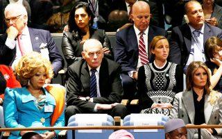 Στιγμιότυπο από τη Γενική Συνέλευση του ΟΗΕ, με εντυπωσιακή την παρουσία της βασίλισσας του Καμερούν, αριστερά. Η λεζάντα του πρακτορείου, βέβαια, την αναφέρει ως σύζυγο του προέδρου της αφρικανικής χώρας· εντούτοις, ας μην κοροϊδευόμαστε, το δείχνει ότι είναι η βασίλισσα του Καμερούν...