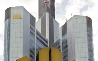 Ενδεχόμενη συγχώνευση των δύο τραπεζών θα ήταν από τις μεγαλύτερες διασυνοριακές συμφωνίες της Ευρώπης. Στη φωτογραφία, το σήμα της Commerzbank μπροστά από τα κεντρικά γραφεία της γερμανικής τράπεζας στη Φρανκφούρτη.