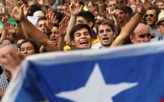 Διαδηλωτές απαιτούν την απελευθέρωση των συλληφθέντων αξιωματούχων της Καταλωνίας έξω από το δικαστικό μέγαρο της Βαρκελώνης.