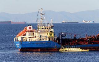 Το αντιρρυπαντικό σκάφος της EMSA «Ακταία» καθαρίζει την Πειραϊκή.