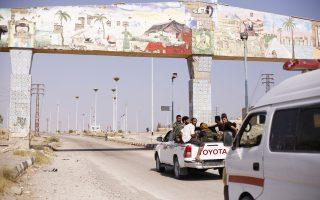Ανδρες του κυβερνητικού στρατού του προέδρου Ασαντ προωθούνται με ημιφορτηγό προς το χωριό Αλ Μπουτζίλια, βόρεια της πόλης Ντέιρ αλ Ζορ, στο πλαίσιο των εκκαθαριστικών επιχειρήσεων εναντίον του Ισλαμικού Κράτους.