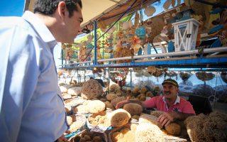Ο πρωθυπουργός Αλέξης Τσίπρας συνομιλεί με κόσμο στο λιμάνι των Χανίων.