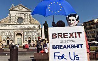 Διαμαρτυρία σε πλατεία της Φλωρεντίας, χθες, λίγο πριν από την ομιλία της Βρετανίδας πρωθυπουργού, Τερέζα Μέι.
