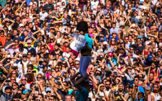 «Θέλουμε να ψηφίσουμε», γράφει το πλακάτ στην κορυφή της πυραμίδας που έφτιαξαν νεαροί διαδηλωτές στη Βαρκελώνη.