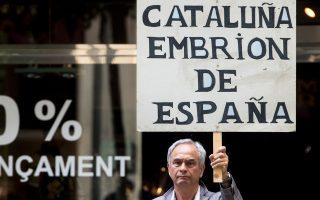 «Η Καταλωνία, έμβρυο της Ισπανίας» αναγράφεται στο πλακάτ του διαδηλωτή στη Βαρκελώνη.