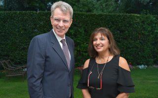 Ο οικοδεσπότης, πρέσβης των ΗΠΑ στην Αθήνα, Τζέφρεϊ Πάιατ, με την τιμώμενη της βραδιάς Νταϊάνα Κόχυλα.
