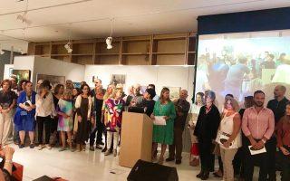 Η επιμελήτρια Ιρις Κρητικού με τους καλλιτέχνες της έκθεσης.
