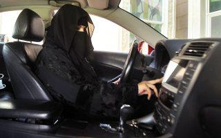 Παραμένουν οι περιορισμοί στη ζωή των γυναικών στη Σαουδική Αραβία, αλλά σίγουρα το δικαίωμα στην οδήγηση είναι οσμή ελευθερίας.