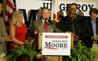 Ο δικαστής Ρόι Μουρ στην εορτή, με αφορμή τη νίκη του στις προκριματικές των Ρεπουμπλικανών στην Αλαμπάμα.