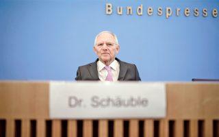 O δρ Βόλφγκανγκ Σόιμπλε, ο υπουργός Οικονομικών της Γερμανίας, που ταυτίστηκε με την προώθηση της λιτότητας στην Ευρώπη, εγκαταλείπει το πόστο του και μετακομίζει στην προεδρία της ομοσπονδιακής Βουλής. Η τιμητική θέση, που ισοδυναμεί με πολιτική συνταξιοδότηση, κρίθηκε αναγκαία στο πλαίσιο των διαπραγματεύσεων που ξεκινάει η καγκελάριος Μέρκελ με τους εν δυνάμει εταίρους της, τους Ελεύθερους Δημοκράτες και τους Πράσινους. Επίσης, ο Σόιμπλε θεωρείται ο πλέον κατάλληλος να αναχαιτίσει από το βήμα της Μπούντεσταγκ την επιρροή της Ακροδεξιάς.