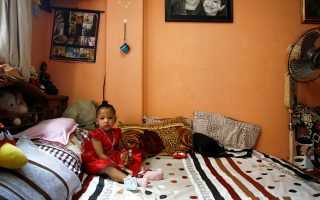 Η νέα ζωντανή θεά Τρίσνα Σάκια κάθεται στο κρεβάτι της λίγη ώρα προτού μεταφερθεί στον ναό του παλατιού.