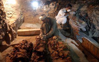 Ο τάφος περιείχε, ως είθισται, μούμιες, φέρετρα, αγαλματίδια, κεραμική και άλλα κτερίσματα.